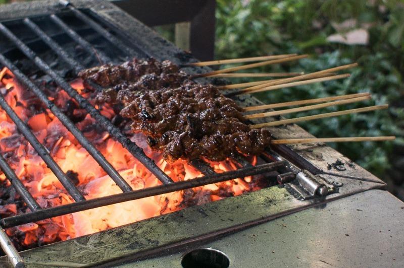 Mencicipi Sangu Tutug Oncom dan Sate Maranggi ala Saung Kiray | the atmojo